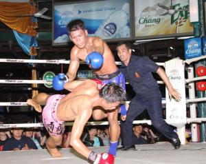 Bpragaipetch Sagami (blue) vs. Yothin Sakaethongresort (photo by Muay Siam)